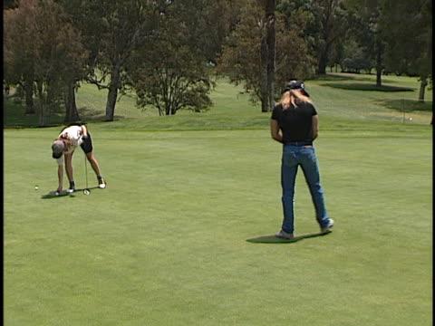 vídeos de stock e filmes b-roll de bret michaels at the lapd celeb golf tournament at rancho park west los angeles in west los angeles, ca. - autografar