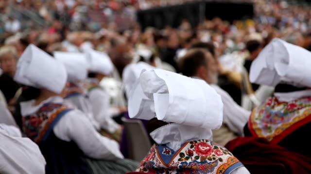 bretonian donne in costume nazionale - bretagna video stock e b–roll