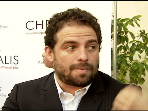 vidéos et rushes de brett ratner on getting so many of his friends and people he knows involved with chrysalis, how it's important to give back and help out others, why... - rush hour
