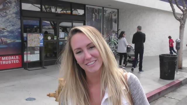 interview brett rossi on her friend stormy daniels and dishes some new dirt while shopping at the farmer's market in studio city at celebrity... - stormy daniels video bildbanksvideor och videomaterial från bakom kulisserna