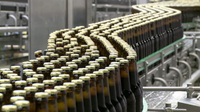 ms brewery bottling plant on conveyer belt in warsteiner ag / warstein, north rhine westphalia, germany - bierflasche stock-videos und b-roll-filmmaterial