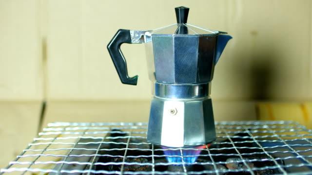 Brauen eine Kaffeekanne auf Flamme für kochendes Wasser, Kaffee zu machen