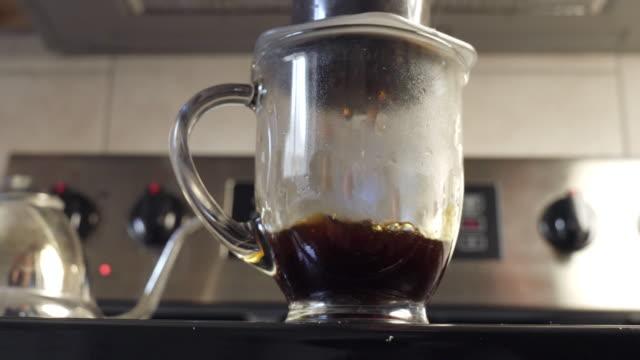 brewing aeropress french press coffee - bricco per il caffè video stock e b–roll