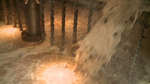 ms brewing process mash tun mixing grist with hot water / rothes, speyside, scotland - ゆでつぶし点の映像素材/bロール