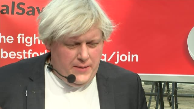 antibrexit demo featuring boris johnson lookalike belgium brussels ext antibrexit protester addressing crowd with fellow protester/ nick crosby... - doppelgänger stock-videos und b-roll-filmmaterial