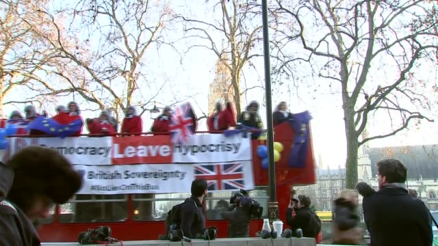 stockvideo's en b-roll-footage met article 50 hearing begins in the supreme court england london supreme court ext 'leave democracy hyprocrisy' banner on side of bus along with remain... - artikel