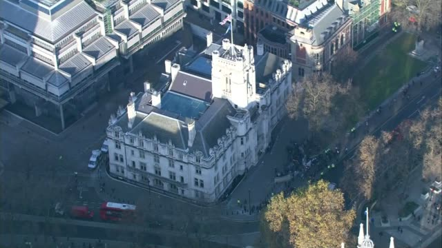 stockvideo's en b-roll-footage met article 50 hearing begins in the supreme court; england: london: ext air view / aerial supreme court building with small number of protesters outside - publicatie