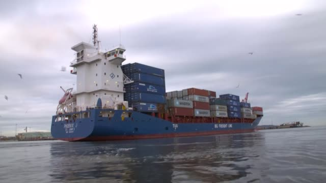 bertie ahern interview republic of ireland dublin shot of cargo ship and shipping containers at container port shipping container being lifted by... - バーティ アハーン点の映像素材/bロール