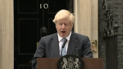 stockvideo's en b-roll-footage met boris johnson downing street statement; england: london: downing street: ext **booing heard in background sot** boris johnson mp up to lectern and... - boris johnson