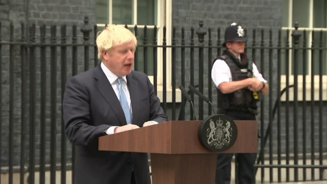 stockvideo's en b-roll-footage met boris johnson makes downing street statement ruling out asking brussels for delay england london downing street ext boris johnson mp departing number... - downing street