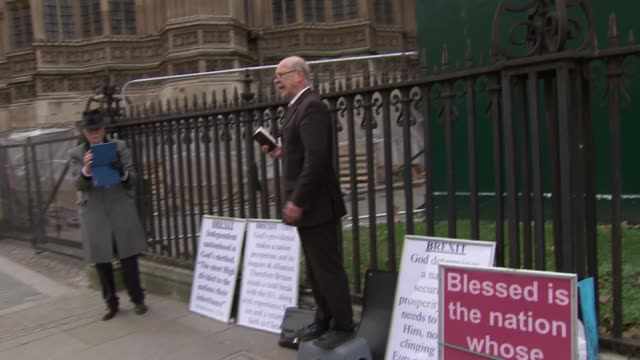 vídeos de stock e filmes b-roll de brexit protesters in westminster england london westminster ext satirical paintings of theresa may and jeremy corbyn / brexit monstrosity van along /... - sátira
