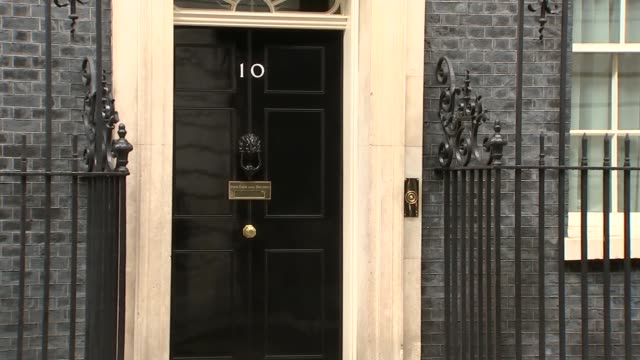 cabinet brexit subcommittee arrivals england london downing street ext julian smith mp along from car and into number 10 / philip hammond mp along... - フィリップ ハモンド点の映像素材/bロール