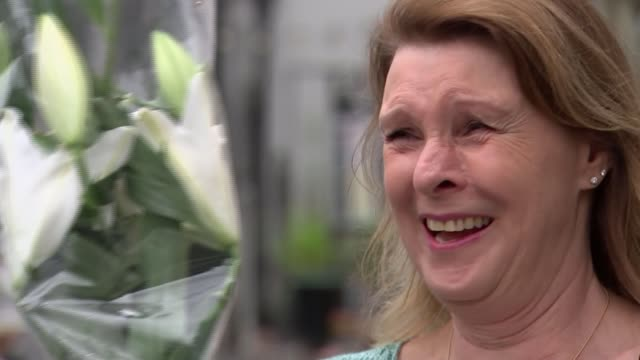 vídeos y material grabado en eventos de stock de caroline nokes' constituents react to her no deal opposition; england: hampshire: stockbridge: ext vox pop general views people along in town centre - hampshire