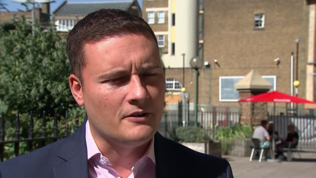 vídeos de stock, filmes e b-roll de david cameron publishes first extracts from autobiography england london wes streeting mp interview sot - biografia