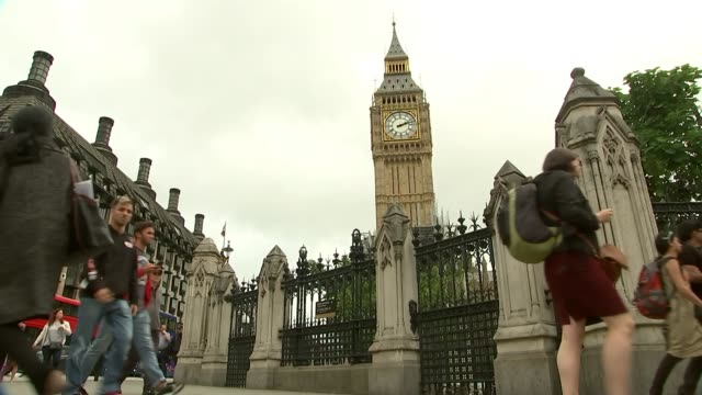 david davis accuses european commission of pressuring uk england london westminster people along with big ben in background and feet of people along... - europäische kommission stock-videos und b-roll-filmmaterial