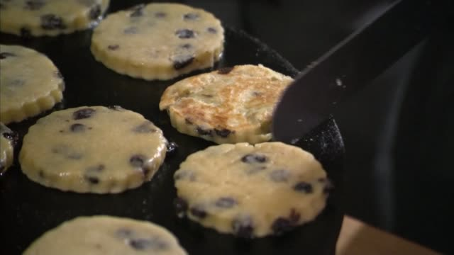 david davis suggests uk could pay for access to single market wales int various of david davis mp cooking welsh cakes on hot griddle during visit to... - グリルパン点の映像素材/bロール