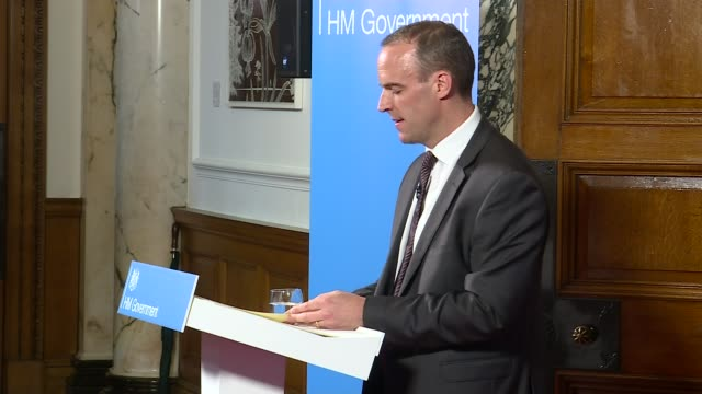 vidéos et rushes de dominic raab outlines nodeal brexit contingency plans england london int various of dominic raab mp at podium hands - pupitre