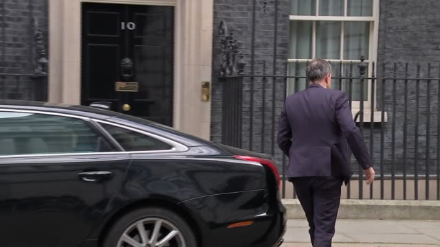 downing street arrivals and departures; england: london: westminster: downing street: ext stephen barclay mp arriving / greg clark mp arriving / kit... - domande al primo ministro video stock e b–roll