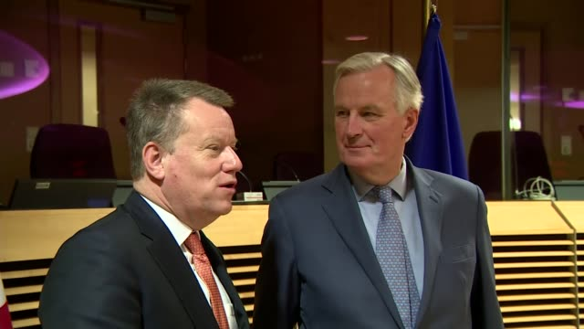stockvideo's en b-roll-footage met eu and uk hold first postbrexit trade talks belgium brussels int gvs round table meeting shots david frost and michel barnier stand together at... - politics