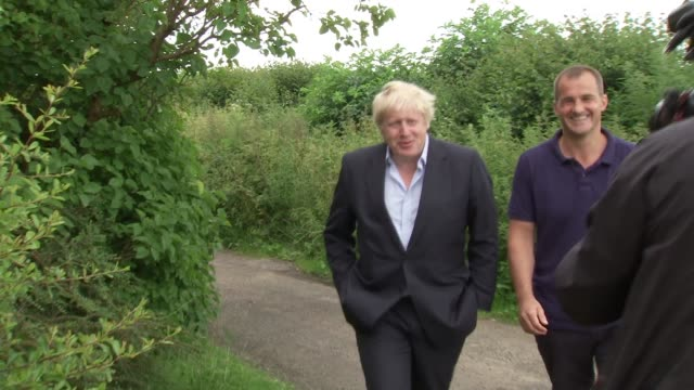vídeos y material grabado en eventos de stock de battle for conservative party leadership england oxfordshire ext boris johnson mp along country lane with unidentified man and into his country... - partido conservador británico