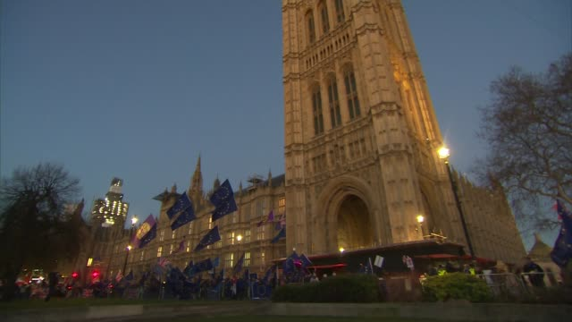 vídeos y material grabado en eventos de stock de fresh blow to theresa may's brexit plan after big defeat by brexiteers; england: london: westminster: ext / dusk wide shot of protesters with eu... - channel 4 news