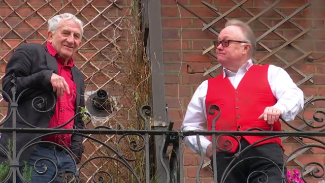 vidéos et rushes de gospel oak neighbours still divided on brexit two years on england london gospel oak ext frank chalmers and his neighbour tony barnett introducing... - voisin