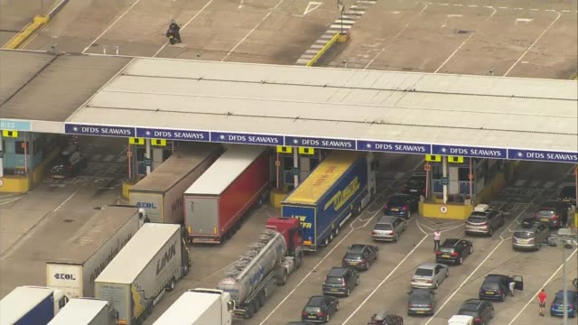 stockvideo's en b-roll-footage met government denies claims of worst-case 'armageddon' scenario; r23071603 / kent: dover: ext air views / aerials vehicles queuing at ferry check in... - channel 4 news