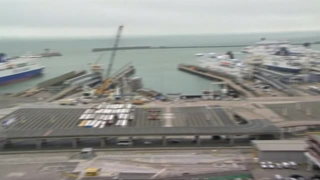 government sets out plans for future customs system with eu r290317025 / england kent dover high angle view of the port of dover lorries along to... - dover kent stock-videos und b-roll-filmmaterial