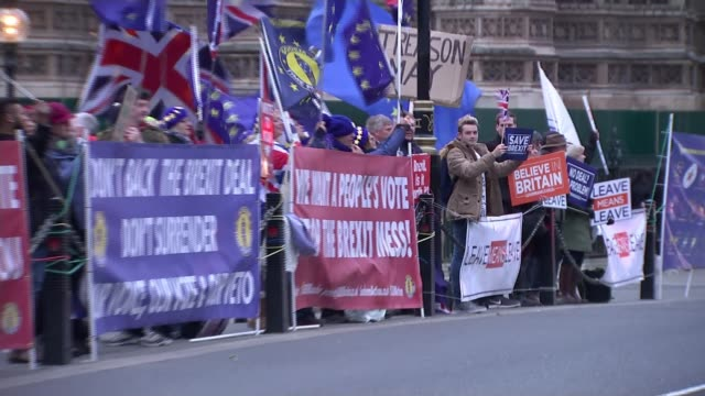 vídeos de stock, filmes e b-roll de growing demands to block 'no deal' / no deal lorry rehearsal england london westminster ext various shots of groups of leave and remain protesters... - brexit