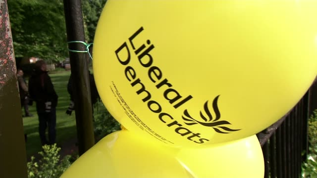 guy verhofstadt campaigns for the liberal democrats in european elections; england: london: ext man along on lawnmower 'liberal democrats' balloons... - signierstunde stock-videos und b-roll-filmmaterial