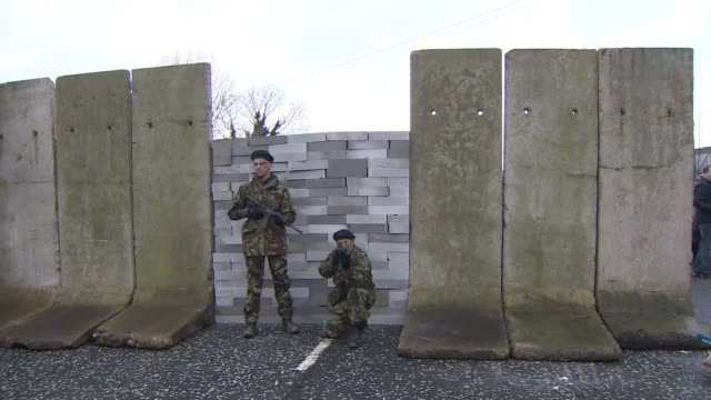 vídeos y material grabado en eventos de stock de hundreds demonstrate at irish border; northern ireland: county down: ext various shots demonstrators near irish border with mock armed checkpoint. - irlanda del norte