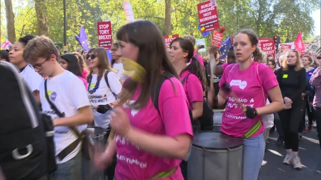 vídeos de stock, filmes e b-roll de hundreds of thousands attend people's vote march in london uk london protesters along in people's vote march and barney scholes interview england... - stop placa em inglês
