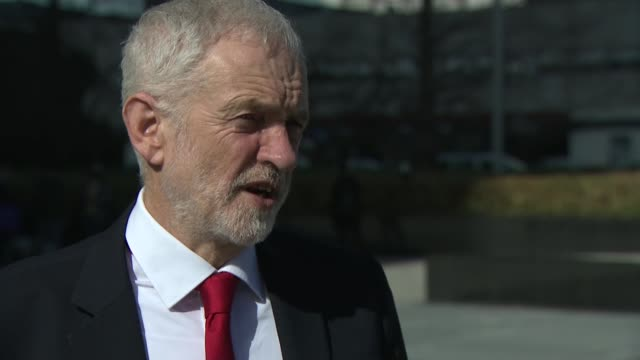 stockvideo's en b-roll-footage met ian austin quits labour / cabinet ministers warn of danger of 'no deal' brexit spain madrid ext jeremy corbyn mp walking shot and interview sot [re... - britse labor partij