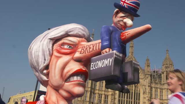 indicative votes round 2: leave and remain protests in westminster; england: london: westminster: ext various demonstrators for and against brexit... - marschieren stock-videos und b-roll-filmmaterial
