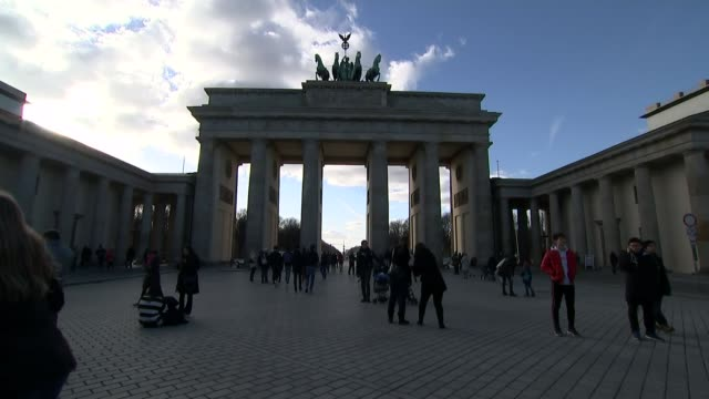 leavers and remainers invoke the history of world war ii germany berlin lapse of brandenburg gate quadriga statue on top of brandenburg gate speeded... - europäische union stock-videos und b-roll-filmmaterial