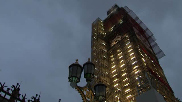 may and corbyn meets for talks of the way forward england london westminster house of commons ext low angle big ben encased in scaffolding lit up... - 庶民院点の映像素材/bロール