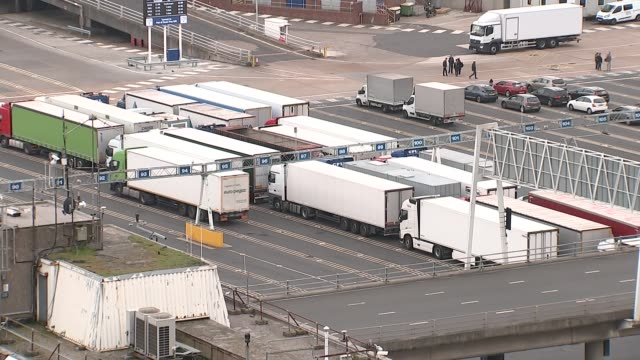 ministers split over future customs arrangement postbrexit r171017029 / england kent dover port of dover ext freight lorries parked at port lorry... - 商業車点の映像素材/bロール