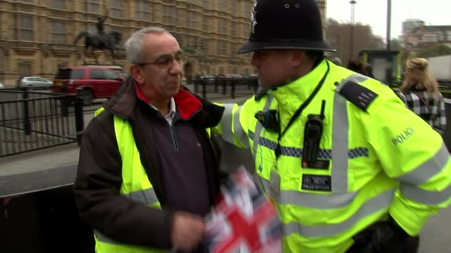 stockvideo's en b-roll-footage met mps debate jeremy corbyn's vote of no confidence in theresa may england london westminster day yellow vest protester arguing with police officer sot - channel 4 news