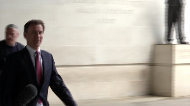 vídeos de stock e filmes b-roll de mps prepare for potentially decisive week; england: london: new broadcasting house: ext **hunt interview partly overlaid sot** jeremy hunt mp along - cargo governamental