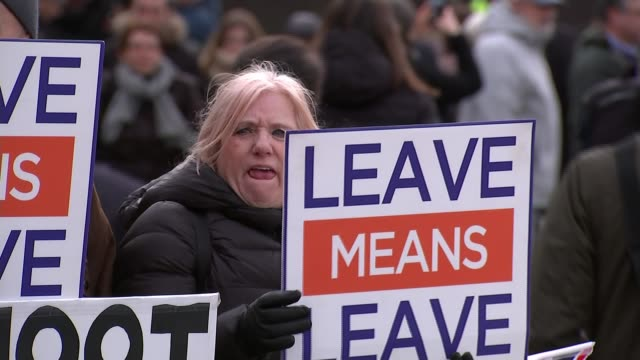 stockvideo's en b-roll-footage met mps prepare to vote on eu withdrawal agreement; england: london: westminster: ext pro-brexit protesters with signs 'we voted leave' protester with... - brexit