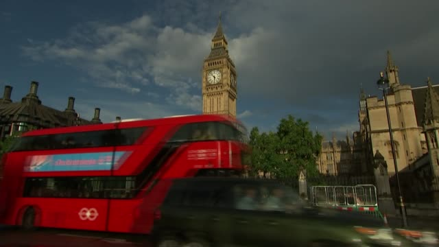 mps to vote on eu withdrawal bill; westminster: ext speeded up time lapse sequence traffic along in front of houses of parliament big ben parliament... - big ben点の映像素材/bロール