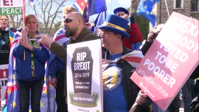 mps to vote on whether parliament should take control of brexit england london westminster ext general views of protesters with placards arguing over... - parlamentsmitglied stock-videos und b-roll-filmmaterial