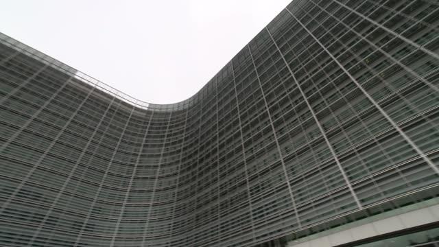 negotiations have made progress but not enough on key issues / verhofstadt speech / carney speech r28041602 / 2842016 belgium brussels headquarters... - europäische kommission stock-videos und b-roll-filmmaterial