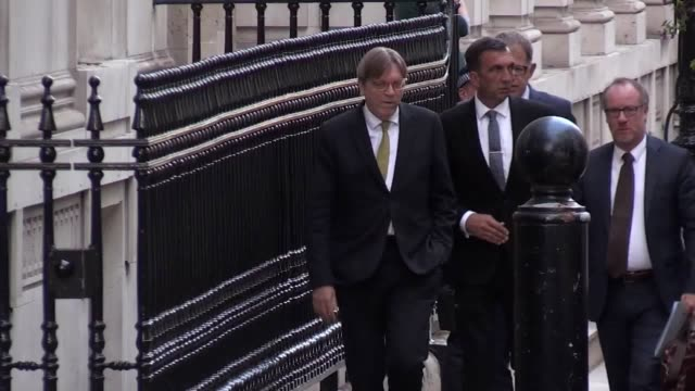 eu brexit negotiator guy verhofstadt arrives at downing street for talks with theresa may over the government's plans for exiting the european union - フィリップ ハモンド点の映像素材/bロール