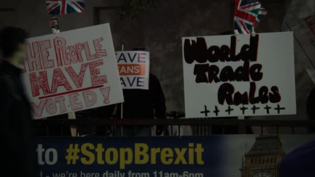 next steps unclear following parliament's defeat of eu withdrawal agreement england london westminster probrexit protesters with placards 'the people... - defeat stock videos & royalty-free footage