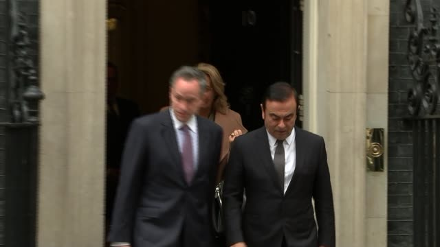 vidéos et rushes de nissan boss carlos ghosn at number 10 england london downing street ext carlos ghosn and others arriving at number 10 / ghosn from numnber 10 into... - ghosn