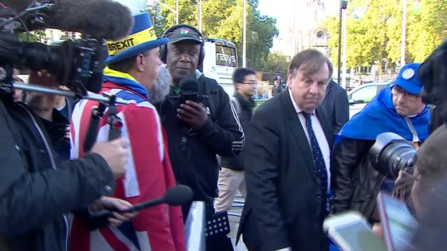 vidéos et rushes de opposition parties force government to request delay from eu uk london westminster mps arrive to houses of parliament through protest england london... - parlement britannique