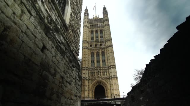 stockvideo's en b-roll-footage met parliament and downing street gvs; england: london: westminster: ext evening pull focus shots padlock on gate and palace of westminster in b/g gvs... - victoria tower