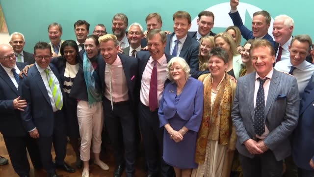 vídeos de stock, filmes e b-roll de brexit party leader nigel farage celebrates big wins in the european elections with successful meps and says he hopes his success will put pressure... - partido conservador britânico