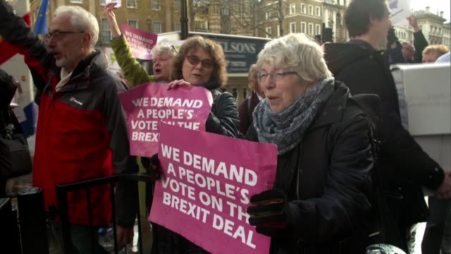 pro-brexit and anti-brexit protesters in westminster; england: london: westminster: ext people's vote supporters outside downing street gates... - kopfbedeckung stock-videos und b-roll-filmmaterial